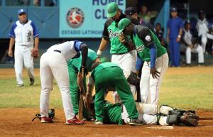 El regreso de Adir Ferrán (en el suelo) es una buena noticia para el béisbol cubano. (Foto: Aslam Ibrahim Castellón)