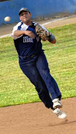 Yordan Manduley en el campo corto