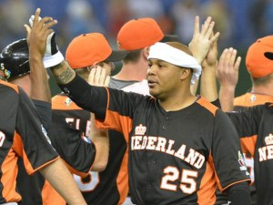 Andruw Jones sigue jugando para Holanda.